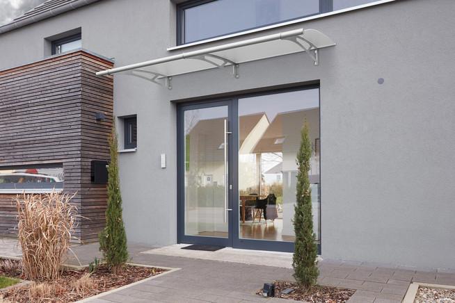Ein Haustürvordach in angesagter Optik lässt sich ganz einfach selbst