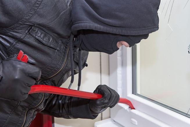 Beim Einbruchschutz sollte man Fenster, Türen und Nebeneingänge im Bli