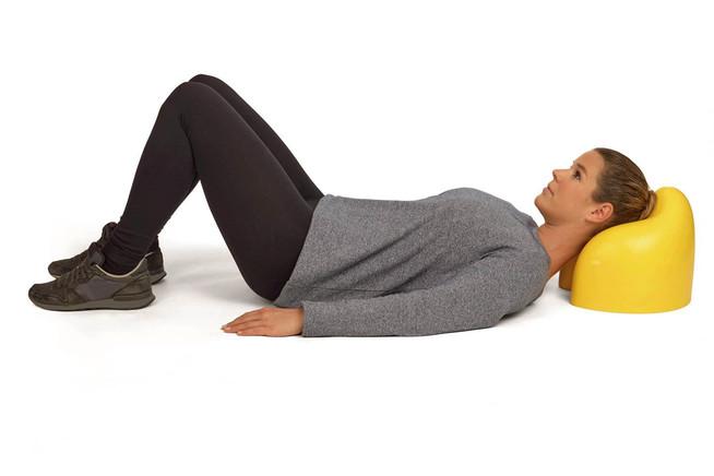Die Muskulatur täglich fünf Minuten auf einem Lagerungskissen dehnen u