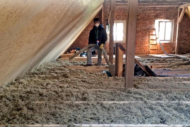Dachsanierung: Eine Einblasdämmung mit Steinwolle gelingt meist an eine