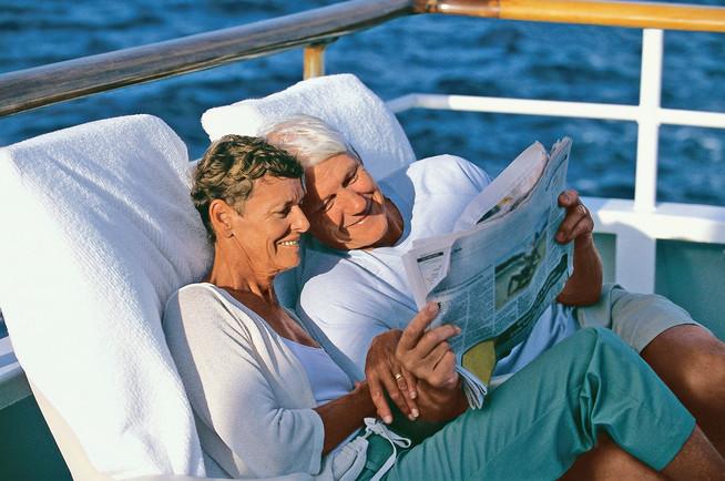 Bewegungsmangel im Urlaub kann die Venen von Senioren belasten