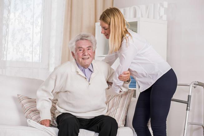Kompressionsstrümpfe können für Pflegebedürftige und ihre Betreuer w