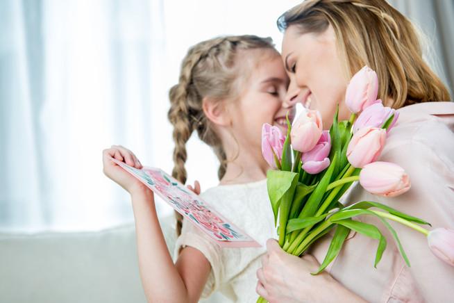 Fünf Geschenktipps zum Muttertag - von Wellnesstag bis Shoppingtasche