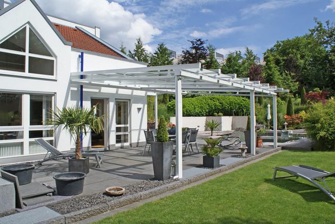 Ein solides Glasschiebedach für die Terrasse schützt vor den Launen de