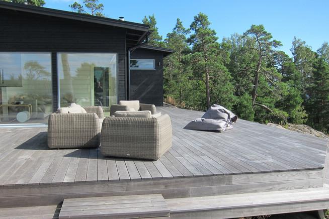 Eine spezielle Thermobehandlung macht Terrassendielen robust und langleb