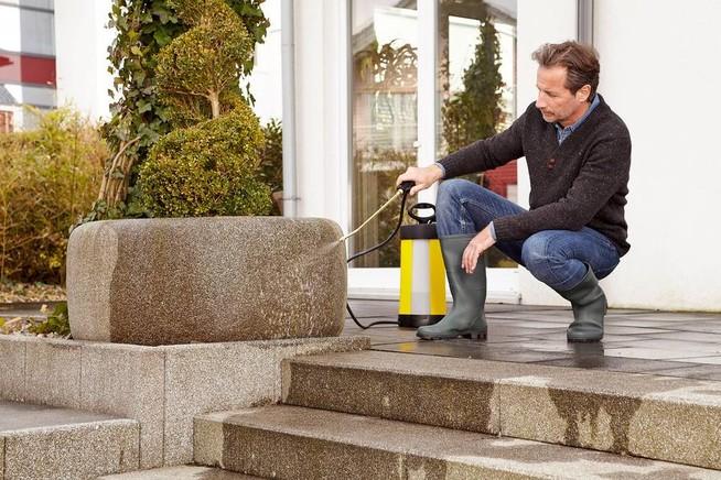 Terrassen und Wege zu Saisonbeginn richtig reinigen und pflegen